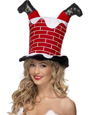 Hut mit im Kamin steckengebliebener Weihnachtsmann