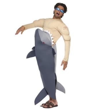 Costume da squalo che divora un uomo