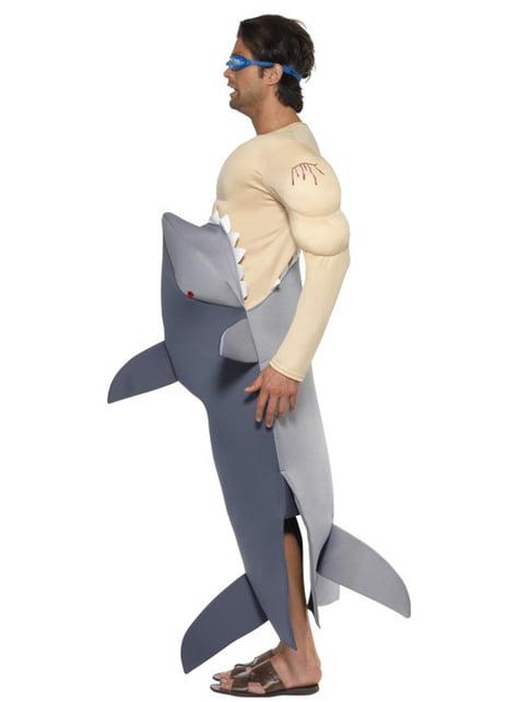 Čovjek koji jede kostim za odrasle morske pse