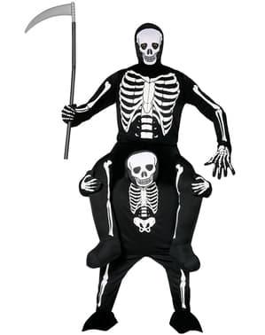 Disfraz a hombros de esqueleto sobre la muerte