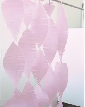 Lichtroze kwastjes gordijn gemaakt van crêpepapier