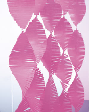 Roze kwastjes gordijn gemaakt van crêpepapier