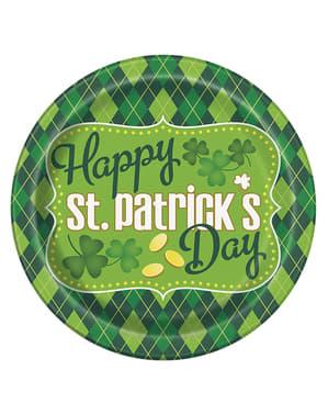 Sett med 8 rutete grønn Happy St Patrick's Day tallerkener