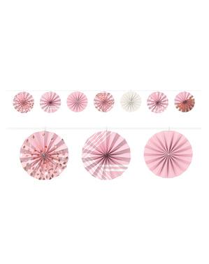 Slinger van decoratieve papieren fans in roze tinten