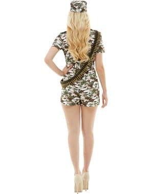 士兵服装的妇女