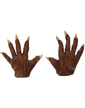 Mani di diavolo con unghie appuntite