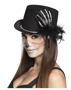 Sombrero con mano de esqueleto