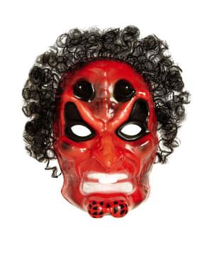 Punainen paholaisnaamio hiuksilla