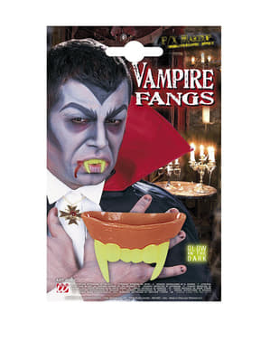 Възрастни зъби на вампирите в тъмнина