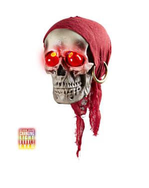 बंदना और लाल आंखों के साथ हैंगिंग पाइरेट खोपड़ी