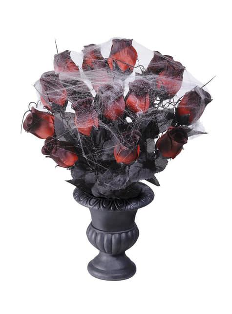 Floreiro com rosas vermelhas e teias