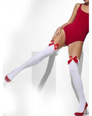 Белият секси държи чорапогащи с червени лъкове