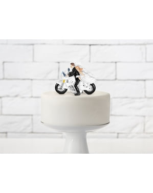 Bryllupskake figur med brud og brudgom på en motorsykkel