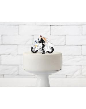 Perkahwinan kek perkahwinan dengan pengantin perempuan dan pengantin lelaki pada motosikal