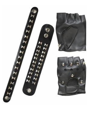 Bikerin Handschuhe und Armbänder mit Nieten
