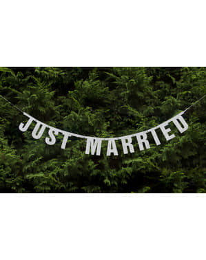 """Just Married"" garland on läikiv valge paberist"