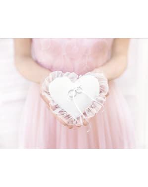 Sydämenmuotoinen sormustyyny valkoisella tyllillä