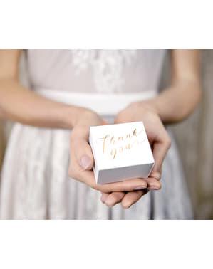 10 cutii de cadou albe cu text auriu