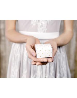 10 lahjalaatikkoa valkoisena kultaisilla sydämmillä