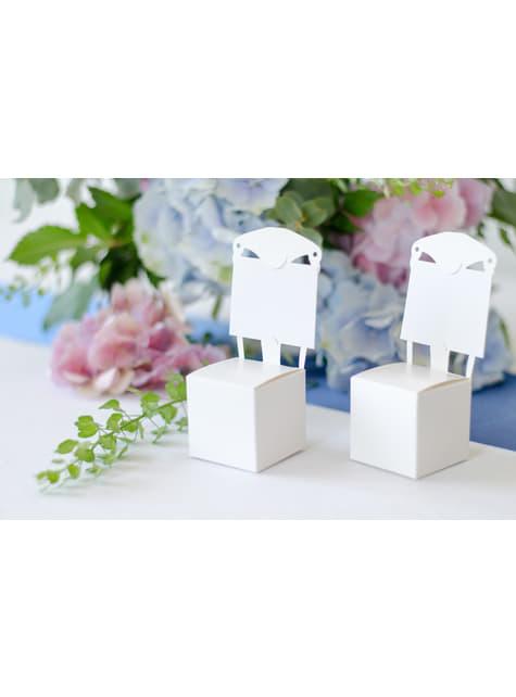 10 valkoista lahjalaatikkoa tuolin muodossa