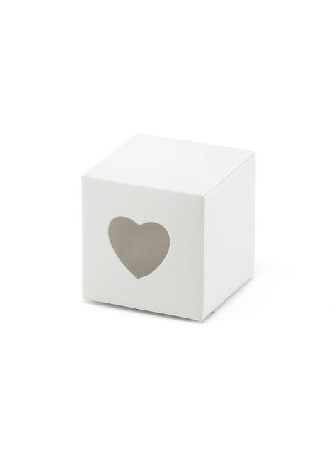 10 valkoista lahjalaatikkoa stansatuilla sydämmillä