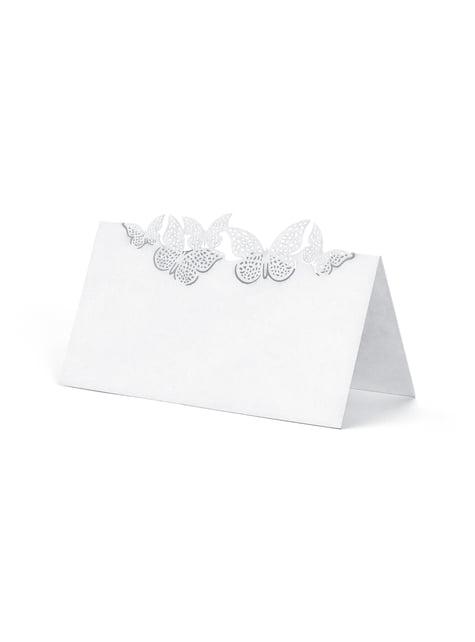 10 valkoista, paperista nimikorttia hopeisilla perhosilla