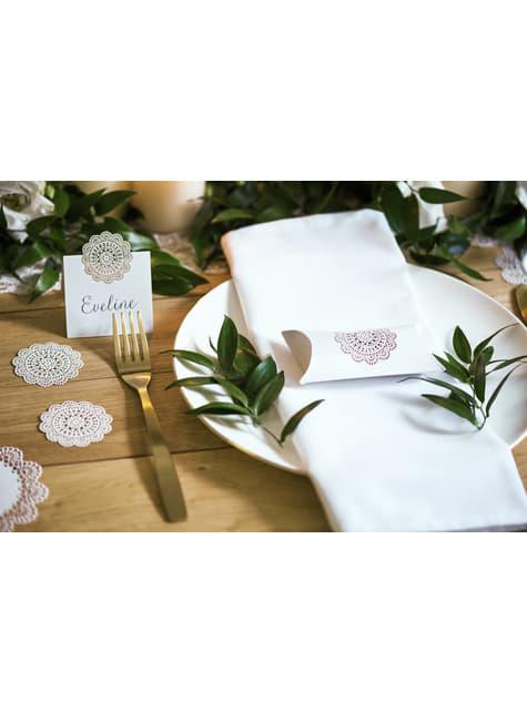 10 valkoista pöytäkorttia koristeellisella miestetyllä paperiviuhkalla