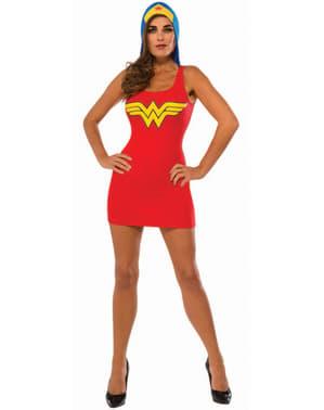 Wanita berpakaian kostum Wonder Woman dengan tudung