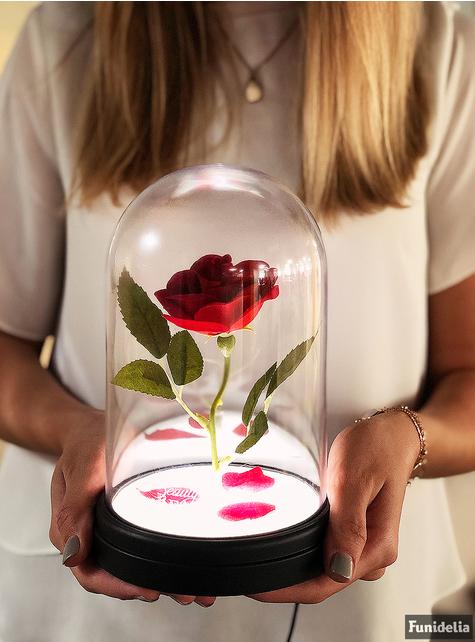 Rosa encantada de Bella y Bestia en vitrina iluminada