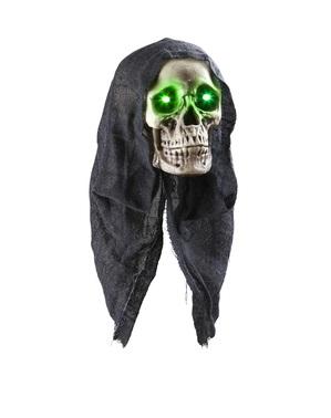 Hängender Totenkopf mit Kapuze und grünen Augen