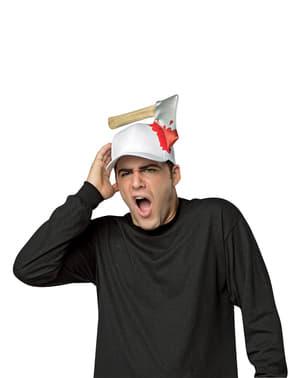 הכובע של המבוגר עם גרזן