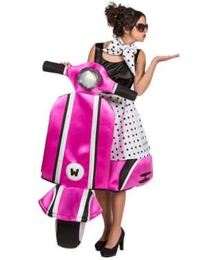Costum de fată anii 50 pe motocicletă roz