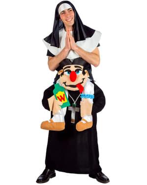 Disfraz de monja a hombros de un cura