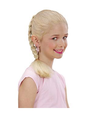 הארכת שיער הבלונד לקלוע של הילדה