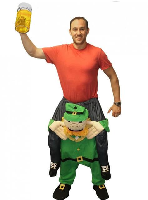 Fato do irlandês patrício aos ombros do Leprechaun que está sempre no vício Carry Me