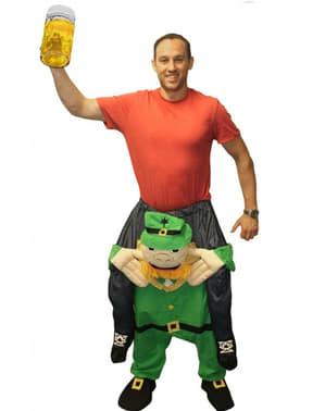 Püha Patricku iirlane Leprechauni õlgadel kannab mind kostüümi