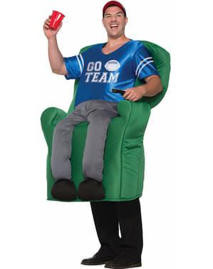 Възрастен гледа мача на костюма на дивана