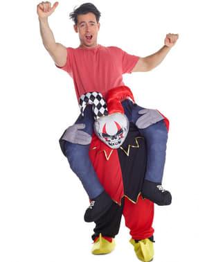 Танцюючи клоун на плечах Арлекіна несе мені костюм