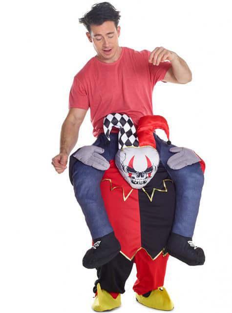 Fato de palhaço bailarino aos ombros de um Arlequim Carry Me