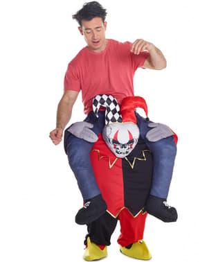 Maskeraddräkt dansande clown i armarna på Harlequín Piggyback