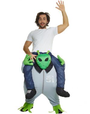 Costume in spalla l'altro pianeta sulle spalle di un marziano