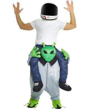 Maskeraddräkt i armarna på en marsian ifran yttre rymden Piggyback