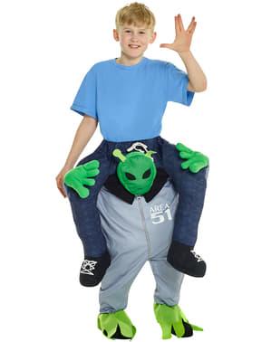 Fato às costas de extraterrestre infantil