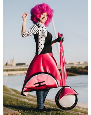 Disfraz de chica de los 50 en moto rosa