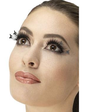vrouw zwarte wimpers met vlinders