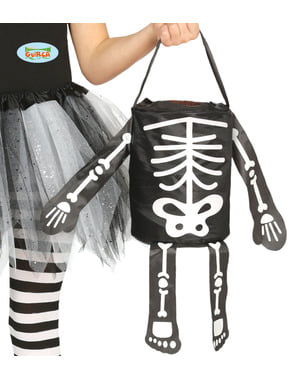 Cesta de doce ou travessura de esqueleto