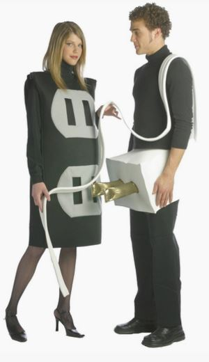 Disfraz enchufe pareja